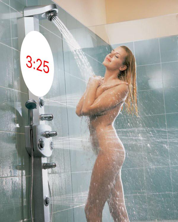женщины купаются в душе